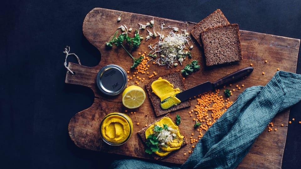 Es ist Stullenzeit! Und das am Liebsten mit unserem Rezept für selbstgemachten Brotaufstrich mit roten Linsen und Süßkartoffel!