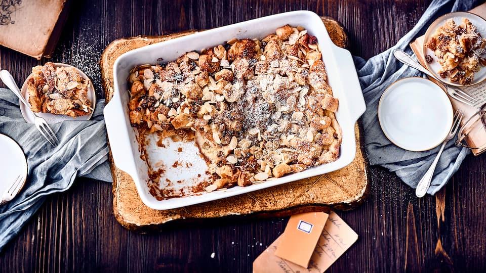 Aus der Idee, altes Brot nicht wegzuwerfen ist das Rezept des Brotpuddings entstanden. Mit Milch, Sahne, Rosinen und einigen Gewürzen wird so aus altem Brot ein leckerer süßer Auflauf.