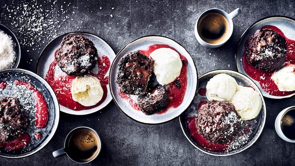 Servieren Sie Ihren Gästen unsere Brownie-Muffins mit Zartbitterschokolade, Bananen & Kardamom an einer fruchtigen Soße aus frischen Himbeeren als Dessert!