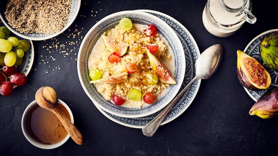 Wie wäre es mit einem orientalischen Frühstück mit Früchten? Probieren Sie unser Porridge aus Bulgur, Haferdrink und Honig mit frischen Feigen und Weintrauben – in 30 Minuten zubereitet!