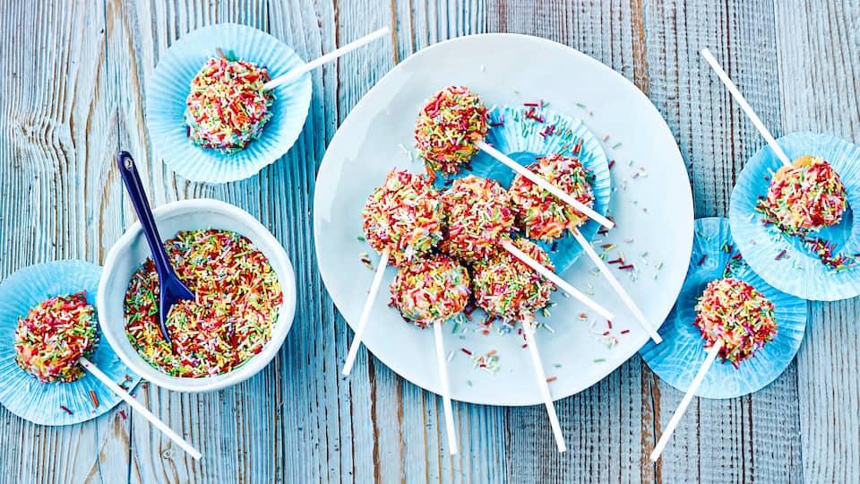 Ob zum nächsten Kindergeburtstag oder Party, die Kuchen-Lollis mit bunten Streuseln sind ein echter Hingucker!