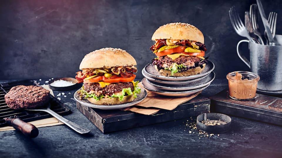Genau so muss er schmecken und aussehen: Unser Burger vom Grill! Mit selbstgemachten Burger Buns, klassischer Burger-Sauce und karamellisierten Zwiebeln ein echter Genuss.