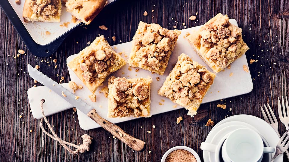 Was gibt es besseres als selbst gebackenen Butterkuchen vom Blech? Am besten schmeckt der Klassiker mit dick belegten Streuseln noch warm aus dem Ofen. Wer mag kann auch gern Vanille-Sahne dazu reichen.