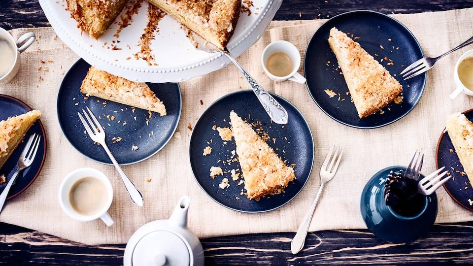 Durch das Tränken mit Sahne wird der Kuchen besonders lecker und schmeckt durch die Kokosraspeln auch noch herrlich exotisch.