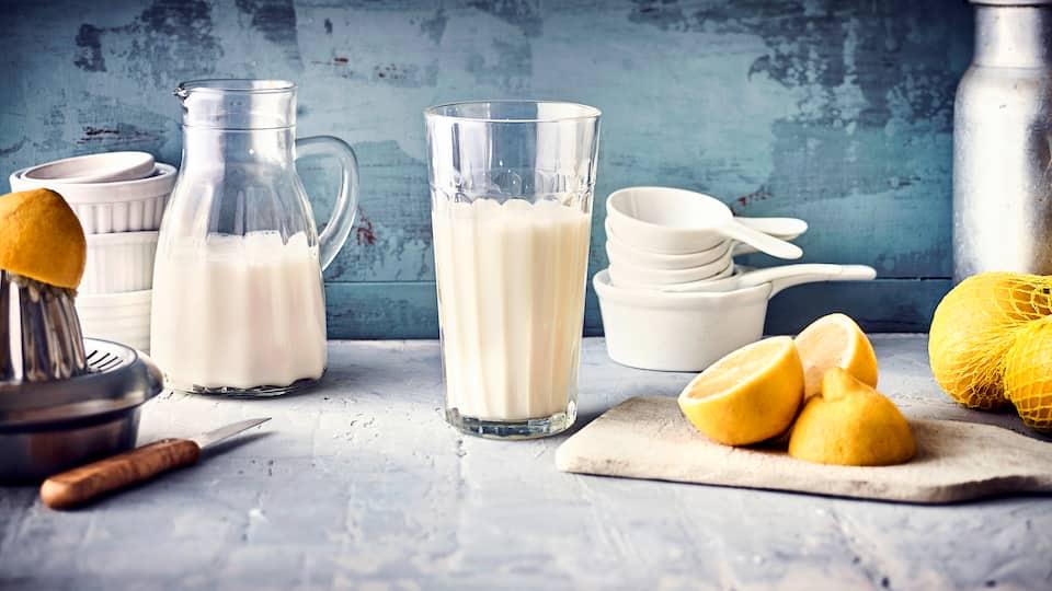 Nur 2 Zutaten und 10 Minuten später und schon haben Sie Buttermilch aus Milch und Zitronensaft ganz einfach selber hergestellt.
