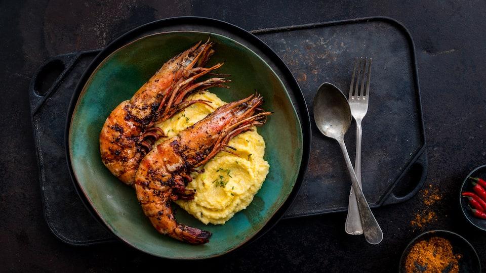 Der Klassiker aus den Südstaaten: feurig, scharfe Cajun-Garnelen mit cremig, würziger Maisgrütze ist richtiges Soulfood.