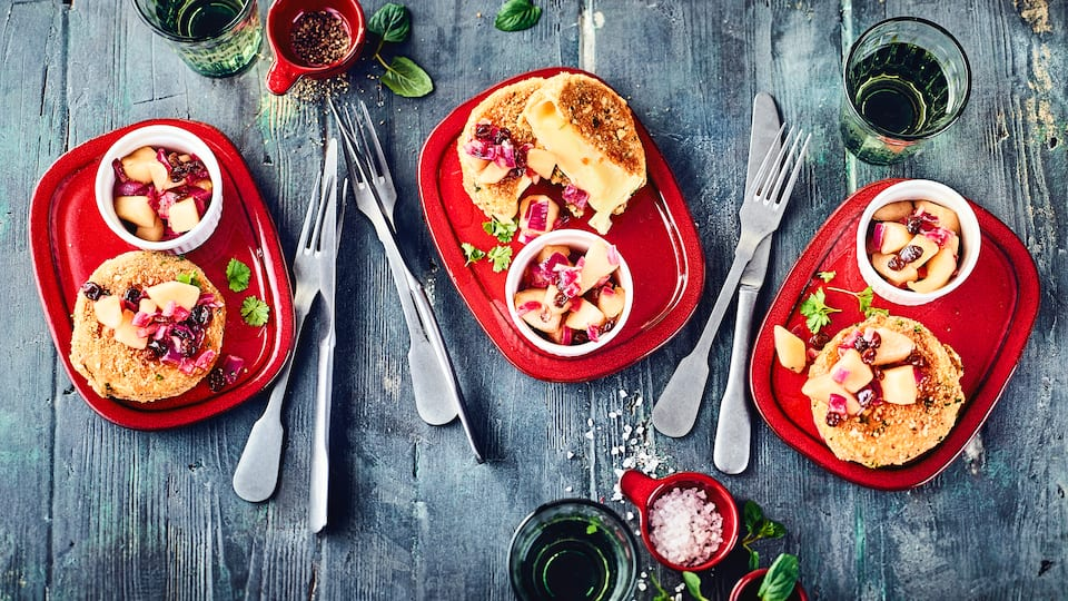 Raffinierte Kombination für Ihre Gäste: Unser Rezept für Camembert-Käse in Walnusskruste mit einem Birnen-Ingwer-Chutney – probieren Sie es gleich mal aus!