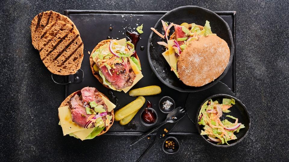 Cheese-Steak-Burger mit Coleslaw