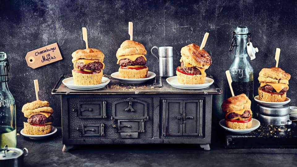 Schon einmal Cheeseburger in Muffinform ausprobiert? Die American Stlye Muffins unbedingt warm servieren und verzehren!