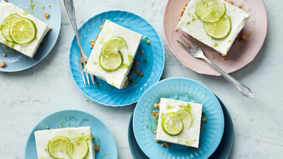 Knuspriger Butterkeksboden mit einer köstlichen Frischkäse-Quark-Creme, Limetten und Holunderblütensirup ergibt unseren Cheesecake mit Limetten.