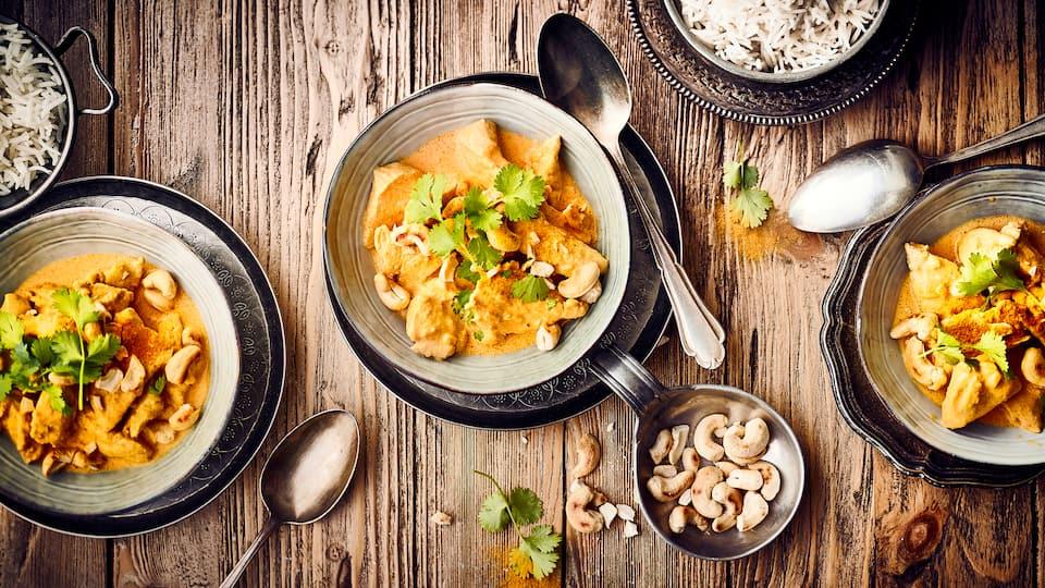 Das Chicken Korma, eine Art Hähnchencurry, ist noch nicht ganz so bekannt wie Chicken Tikka. Zu Unrecht! Probieren Sie es selbst und Sie werden begeistert sein von der feinen Aromatik des Gerichtes!