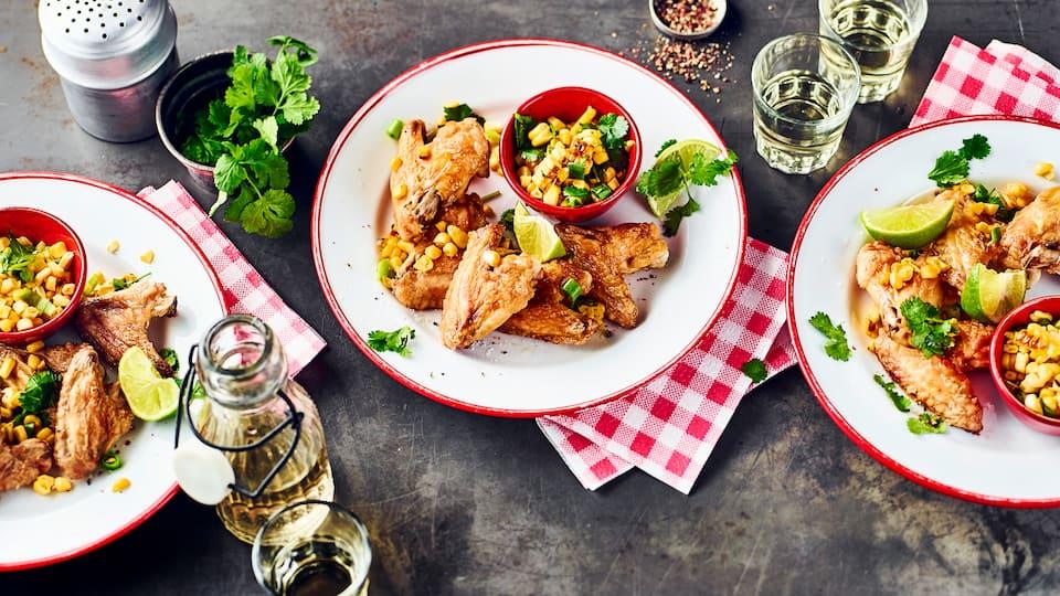 Bei knusprig gegrillten Hähnchenflügeln, beginnt ein großer Knabberspaß – Probieren Sie unser Rezept für köstliche Chicken Wings mit Maissalat aus!