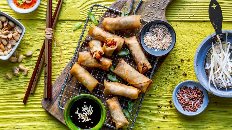 Die kleinen, auch Loempia genannten, chinesischen Frühlingsrollen können hervorragend als Vorspeise oder aber auch als Hauptgericht mit Beilage serviert werden.