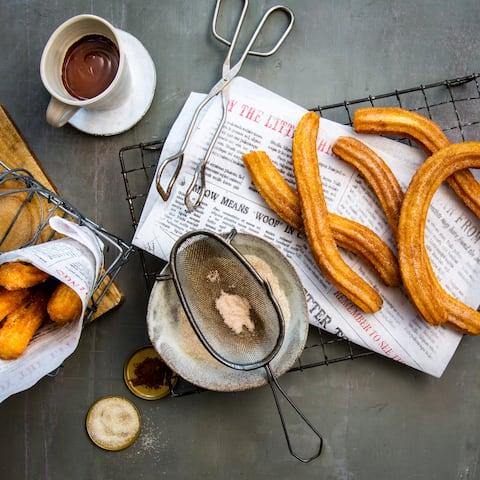 Dickflüssige Schokoladensoße und dazu frisch frittierte Churros: ein Snacktraum, der bei vielen die Erinnerung an den letzten Spanien-Urlaub weckt. Mit unserem Churros-Rezept holen Sie sich spanisches Flair nach Hause!