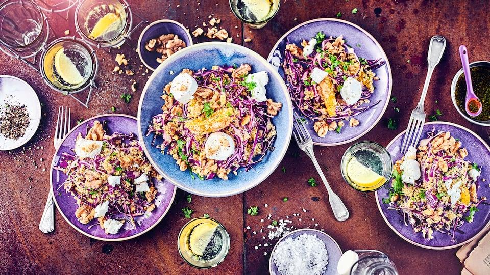 Winterlicher Salat mit Pep: Unser fruchtiger Couscous-Salat mit Orange, Rotkohl und Ziegenfrischkäse wird Sie begeistern.