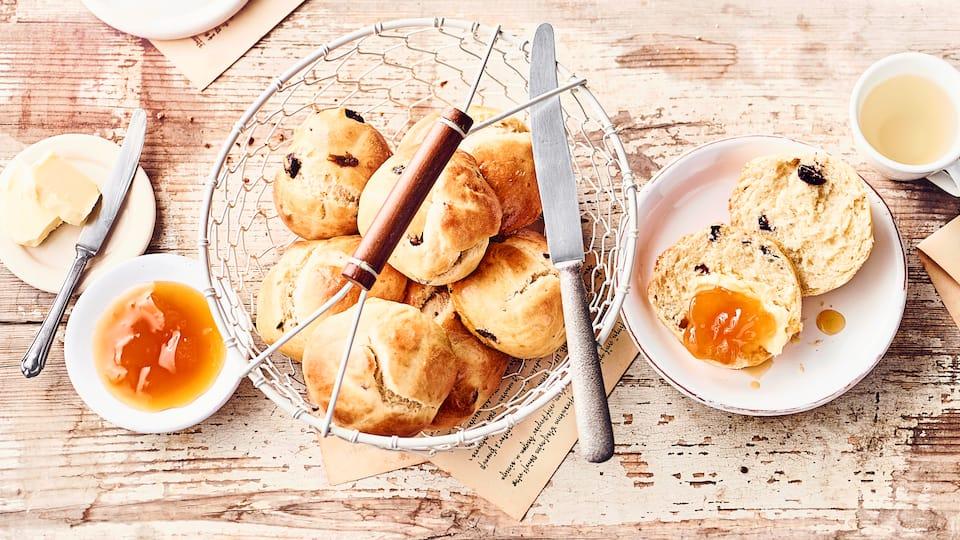 Lust auf Süßes? Probieren Sie unser Rezept für Cranberry-Brötchen unbedingt aus – knusprig gebacken mit getrockneten Cranberries und Eigelb-Milch-Kruste!