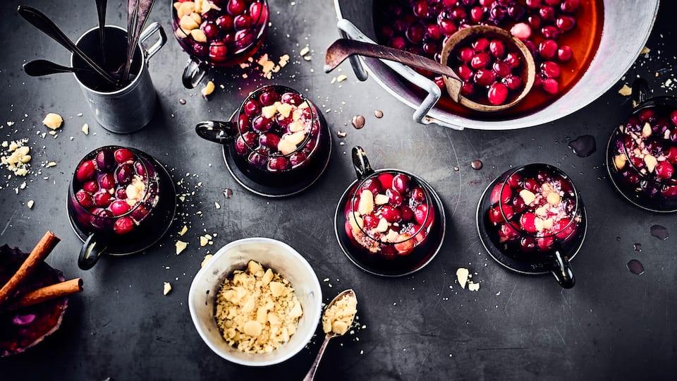 Fruchtiger Punsch ohne Alkohol mit Cranberry-Nektar und frischen Cranberries.
