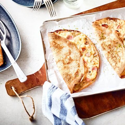 Wie auf der Kirmes oder vom Weihnachtsmarkt: Leckere Crêpes – selbstgemacht und ganz einfach mit Käse und Schinken belegt.