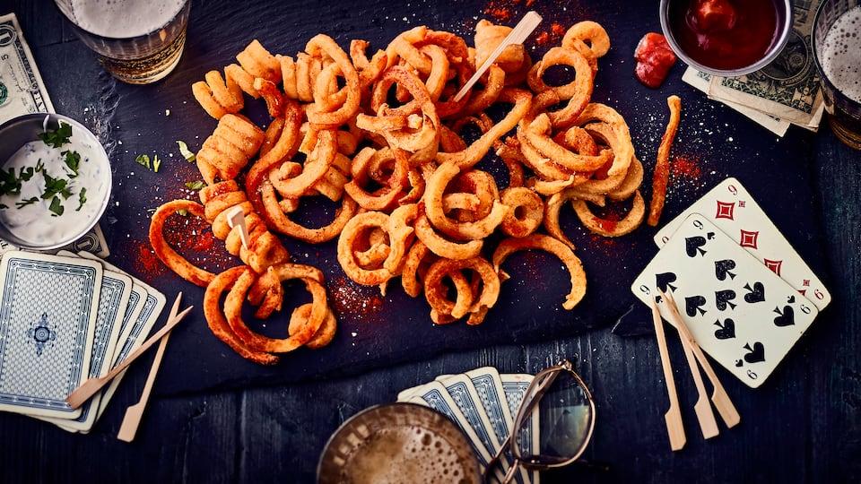 Da Pommes bekanntlich in jeder Form schmecken essen probieren Sie sie doch einfach mal gekräuselt mit unserem Rezept für selbstgemachte Curly Fries!