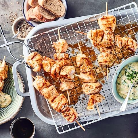 Diese pikante Zwischenmahlzeit ist schnell zubereitet: Probieren Sie unsere Hühnchen-Spieße in einer Marinade aus Currypaste, Sesamöl und Sojasoße an fruchtigem Aprikosen-Senf-Schmand-Dip – fertig in 40 Minuten!