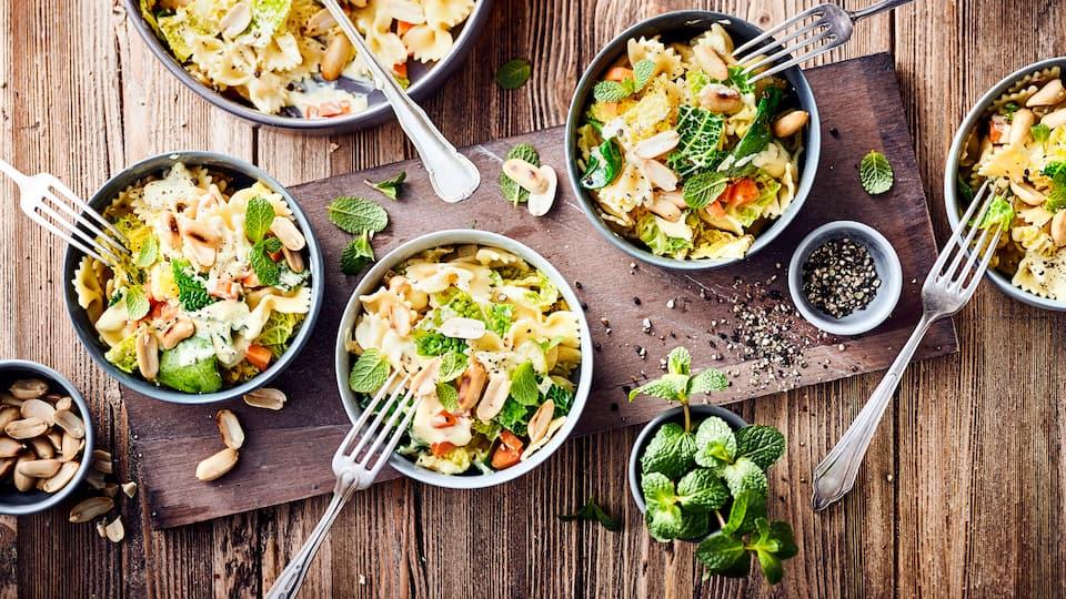 Eine Alternative zur klassischen Variante und genau das Richtige für den nächsten Grillabend ist unser Curry-Nudelsalat mit Möhren, Babyspinat und Erdnüssen.