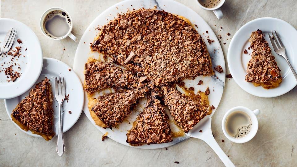 Die bekannte schwedische Mandeltorte lässt sich mit etwas Aufwand selber herstellen: Knusprig garniert und mit selbstgemachter Füllung ist die Daim-Torte ein besonders süßes Highlight.