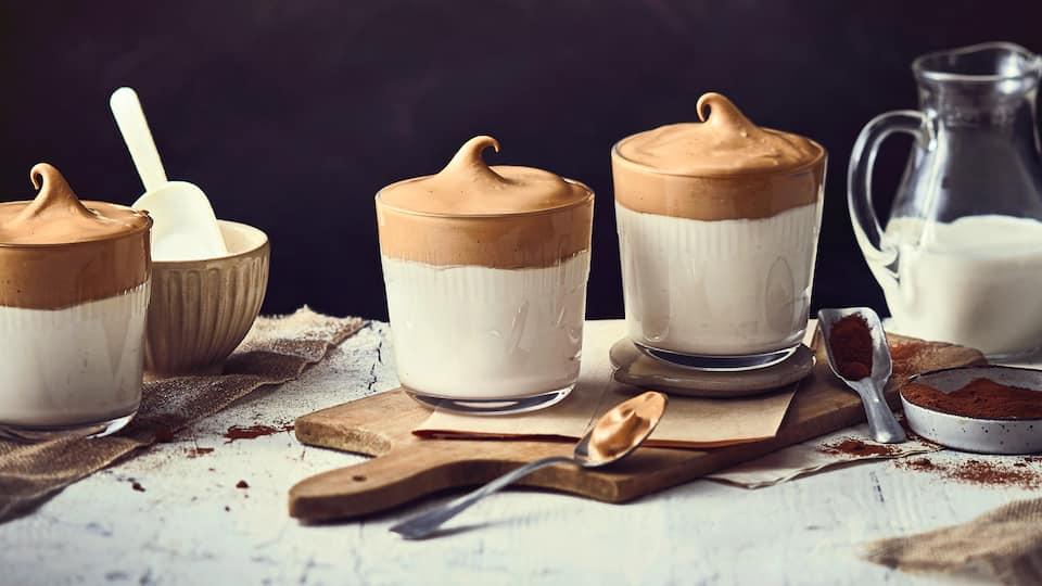 Nur wenige Schritte und Zutaten und schon haben Sie eine köstliche Kaffee-Spezialität für zuhause: Unser Rezept für Dalgona Coffee.