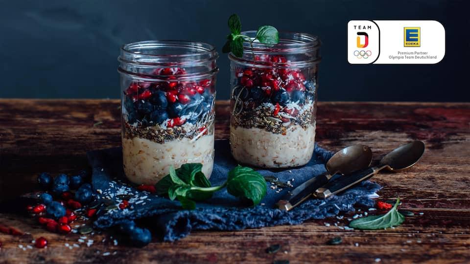 Dinkel-Cashew-PorridgeUnser Porridge ist nicht nur super lecker, sondern kommt auch ganz ohne tierische Zutaten aus. Wir bereiten das Dinkel-Chashew-Porridge mit Haselnuss- oder alternativ Hafermilch zu und garnieren es mit frischen Beeren und Granatapfelkernen.