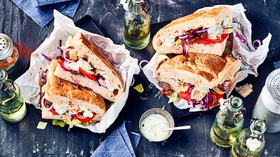 Warum nicht einfach einmal selbstgemacht? Klassischer Döner mit Kebabfleisch im Fladenbrot. Dazu Rot- und Weißkrautsalat und selbstgemachte Knoblauchsoße.