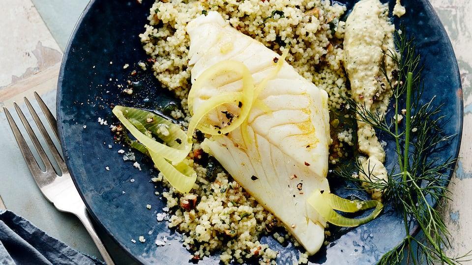Unbedingt ausprobieren: Unser leckeres Rezept für Kabeljaufilet mit Pistazien-Couscous und Dill-Hummus – mit Kichererbsen, Datteln, Tahin und Minze!