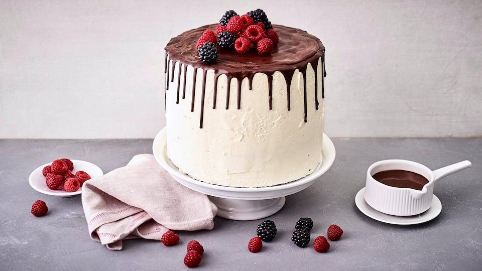 Hier kommt es auf die perfekte Glasur an, und zwar, dass diese tropft! Unser Rezept für Drip Cake, garniert mit frischen Beeren.