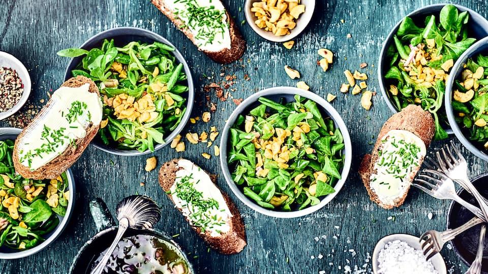 Ob als Beilage zu einem warmen Hauptgericht oder mit frischem Baguette als vollwertige Mahlzeit – probieren Sie unseren Feldsalat mit Cashewkernen!