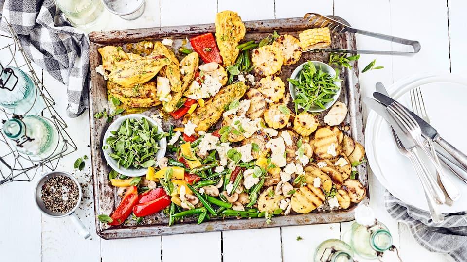 Bereiten Sie gegrillte Hähnchenschnitzel im Thymian-Curry-Gewürzmantel mit einer bunten Gemüsepfanne und Kartoffeln als Beilage zu.