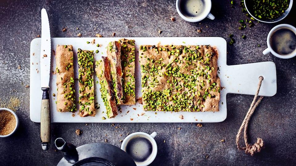 Leckeres Gebäck zur Adventszeit: Probieren Sie unsere Gewürzschnitten mit getrockneten Aprikosen, Kirschen, Mandeln und ganzen Pistazien!