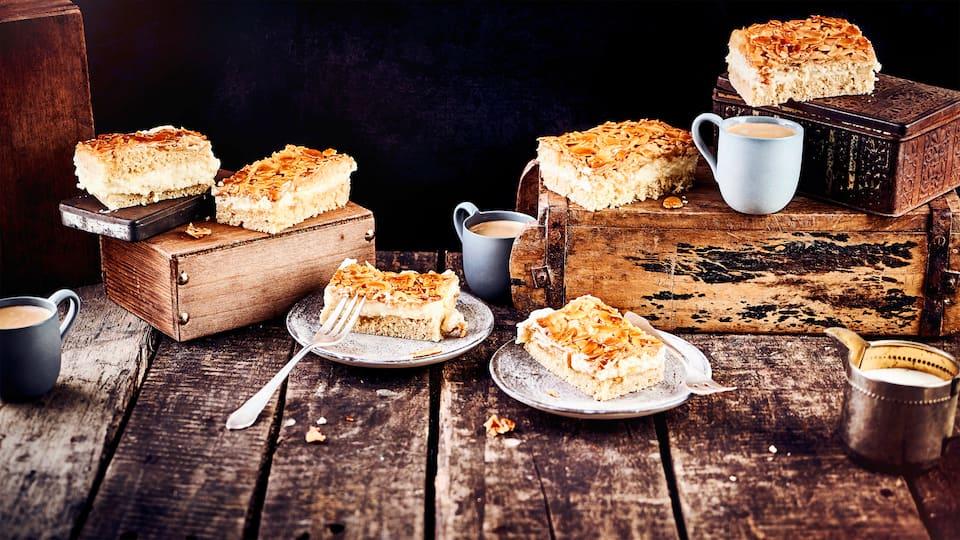 Klassisch vom Blech mit Puddingfüllung und Mandelblättchen-Belag: Der Bienenstich ist ein Highlight für die Kaffeetafel und am besten kalt zu genießen!