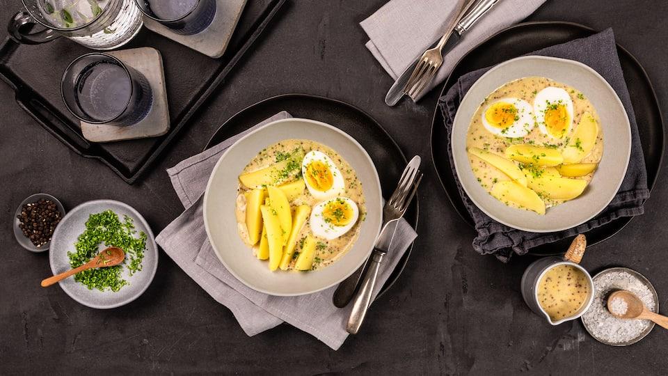 Eier in Senfsauce sind ein Rezeptklassiker: Das einfache Gericht gelingt immer und schmeckt der ganzen Familie. Genießen Sie Salzkartoffeln mit gekochten Eiern an einer selbst gemachten Senfsauce zum Mittag- oder Abendessen!