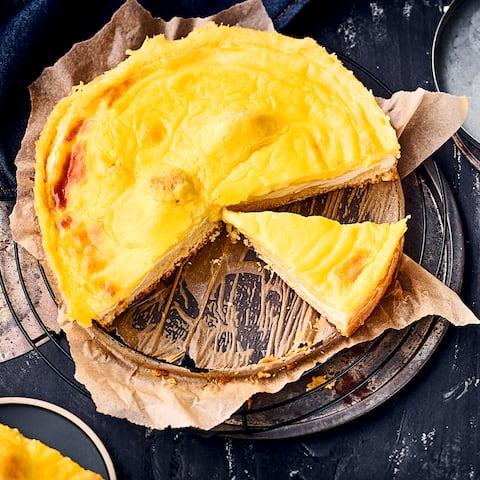 Das Rezept für eine klassische Eierschecke kommt aus Sachsen, genauer gesagt aus Dresden, und besteht aus 3 leckeren Schichten – los geht's!