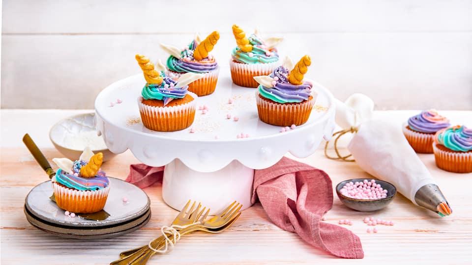 Wenn Sie noch eine Idee für den nächsten Kindergeburtstag brauchen, sind Sie hier genau richtig: Bunte Einhorn-Cupcakes sehen nicht nur fantastisch aus, sie schmecken auch noch super!
