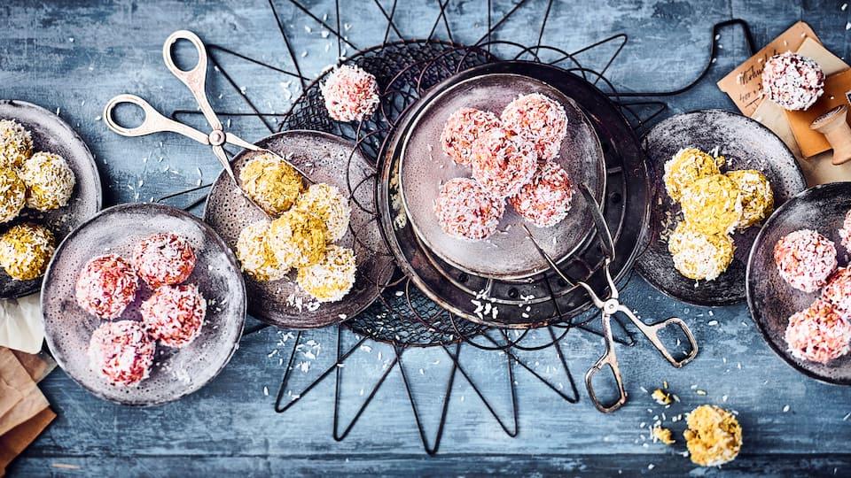Leckere kleine Energie-Kugeln mit Mango und Erdbeeren. Unser Tipp für Sie: Sie können die Kugeln einfrieren und bei Bedarf immer wieder aus dem Kälteschlaf holen, sodass Sie sich auch einen kleinen Vorrat anlegen können.