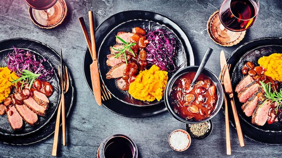 Unser Tipp für ein festliches Gericht zur Herbstzeit: Probieren Sie unsere Entenbrust aus dem Ofen mit süßer Soße aus getrockneten Feigen, Balsamico, Rotwein und Sahne, dazu Rotkraut und Kürbispüree!