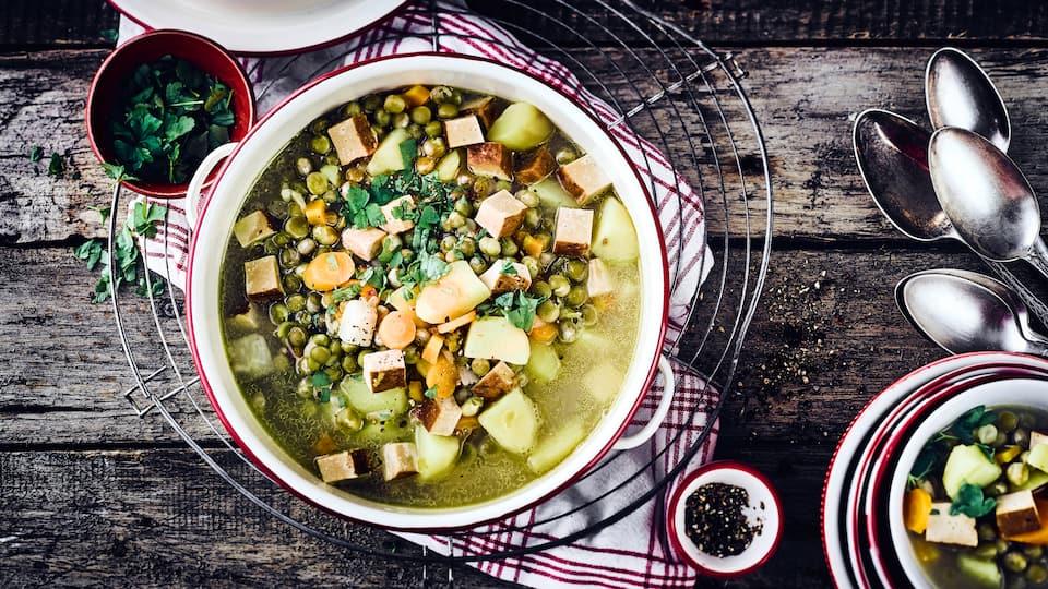 Veganer Erbseneintopf mit Räuchertofu, Karotten, Kartoffeln und Sellerie ist vor allem in der kalten Jahreszeit ein kleines Highlight auf dem Speiseplan.