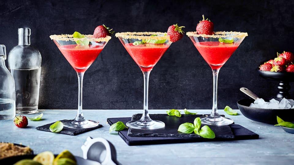 Erfrischend, fruchtig und sommerlich schmeckt unser Rezept für selbstgemachten Erdbeer-Daiquiri. Neben ein paar Zutaten benötigen Sie einfach eins: Ganz viel Eis!