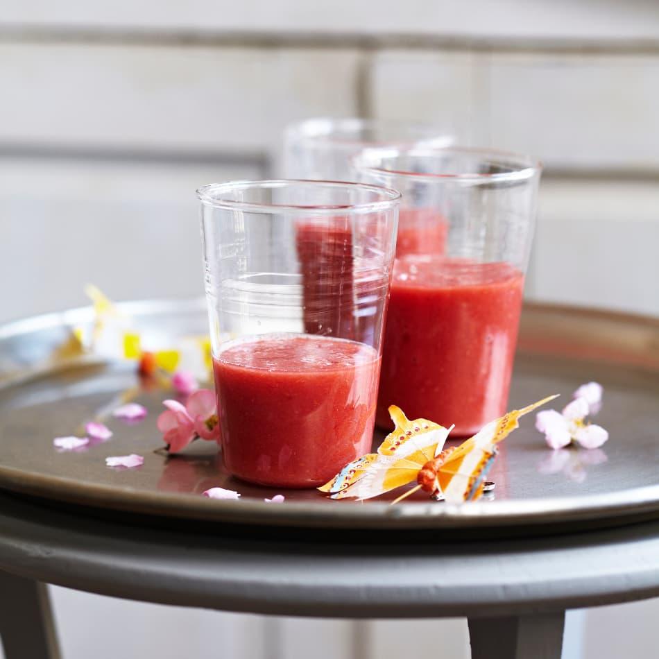 Mit unserem Rezept für einen leckeren Erdbeer-Haferflocken-Shake bereiten Sie schnell eine gesunde Alternative zum fertigen, süßen Milchmischgetränk zu.