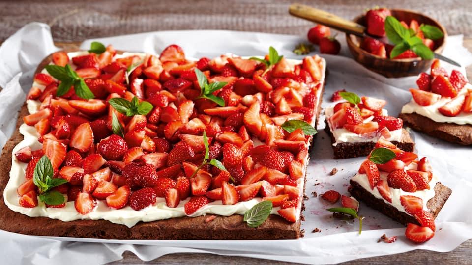 Leckerer Schokoladenbiskuit mit Orangen-Mascarponecreme und anschließend mit frischen Erdbeeren belegt - unsere extra frische Variante des Erdbeerkuchens.