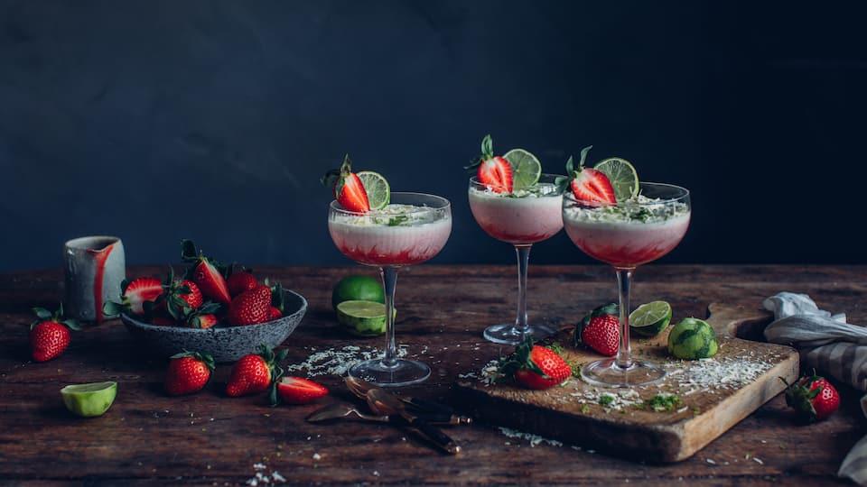 Es sieht nicht nur himmlich aus, genauso schmeckt es auch: Selbstgemachtes Erdbeer-Mousse mit Limette und weißer Schokolade.