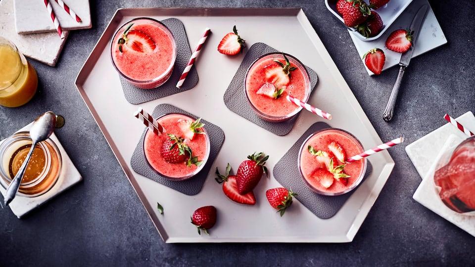 Saftige, aromatische Erdbeeren und Orangensaft: In unserem leckeren Erdbeershake-Rezept kommen sie zusammen mit anderen Früchten in den Mixer.