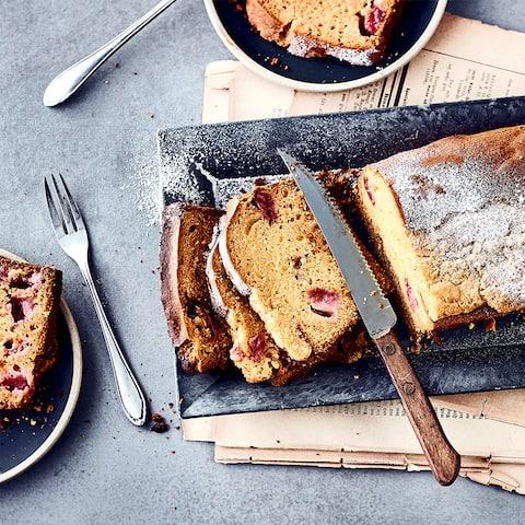 Probieren Sie unsere Variante des Sommer-Klassikers mit Obst einmal aus: Rührkuchen aus Butter, Marzipan und Weizenmehl mit versunkenen, frischen Erdbeeren - zubereitet in 25 Minuten!
