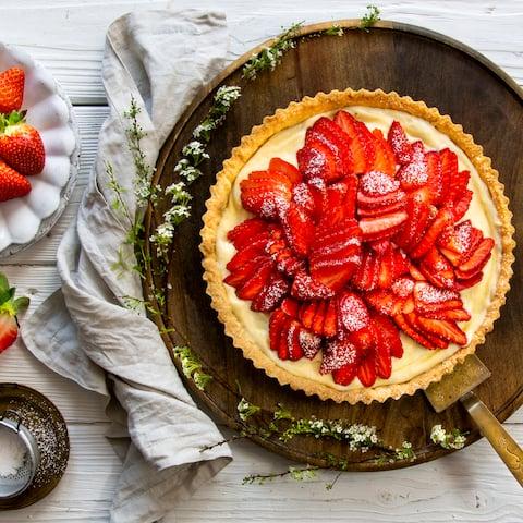 Unser Erdbeerkuchen-Rezept überzeugt mit saftigen Beeren, einer selbst gemachten Puddingcreme und einem knusprigen Teig. Letzteren können Sie auch am Vortag zubereiten und so Zeit sparen.