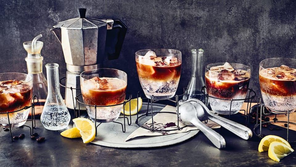 Absolut trendig und herrlich erfrischend für den Sommer: Servieren Sie Ihren Gästen einmal Espresso Tonic oder genießen Sie ihn ganz für sich alleine – je nach Geschmack und am besten eiskalt.