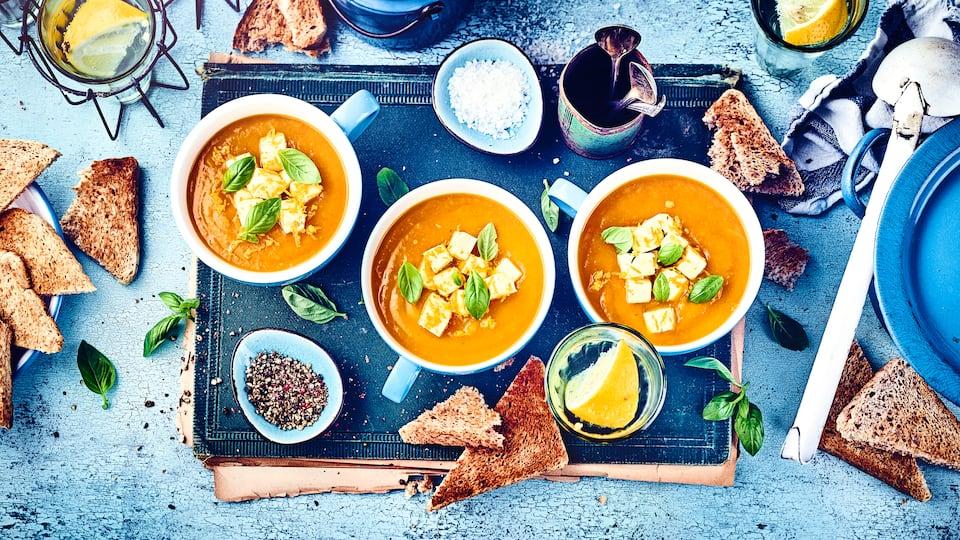 Dieses herbstliche Gericht sollten Sie einmal ausprobieren: Unsere exotische Kürbissuppe mit Mango und Orange sowie einer Einlage aus gewürfeltem Hirtenkäse – gewürzt mit Majoran und Kukurma!